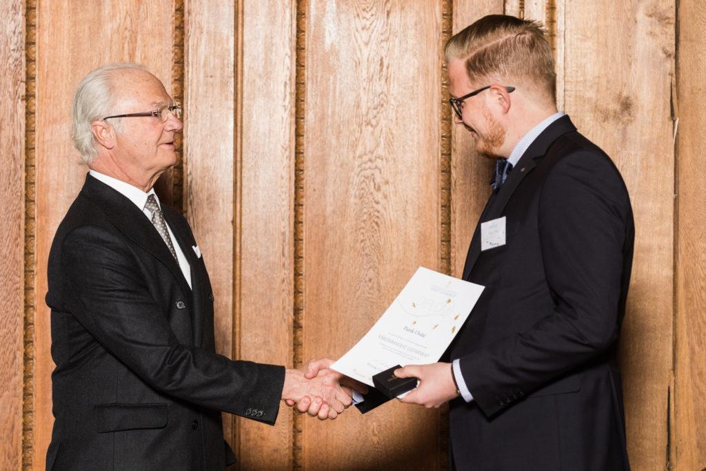 Kungen delar ut diplom till Patrik Ulvdal som genomfört utbildningen Värdebaserat ledarskap i Bernadottebiblioteket på Kungliga Slottet i Stockholm.